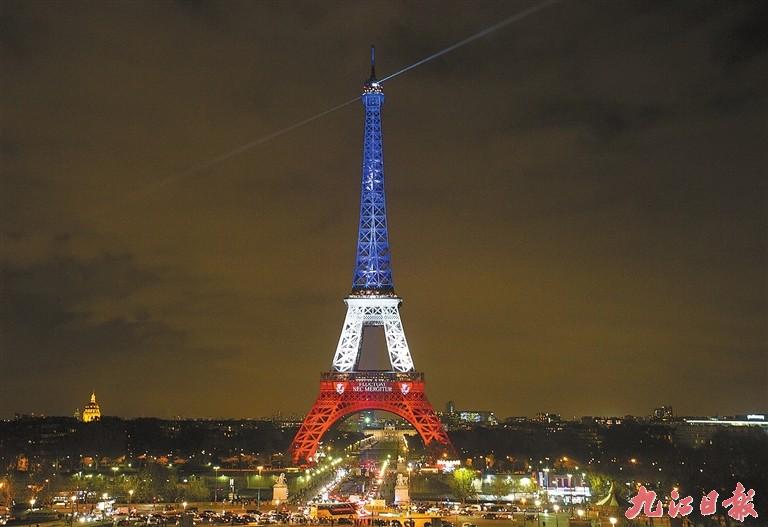 -->   11月17日,法国巴黎埃菲尔铁塔被红、白、蓝三色灯光照亮,并显示巴黎城徽和拉丁语箴言漂浮而不沉没。   当晚,埃菲尔铁塔被象征法国的红、白、蓝三色灯光照亮,以此为巴黎系列恐怖袭击的遇难者哀悼,并表达法国人民的团结与坚强。   (新华社记者徐金泉摄) -->