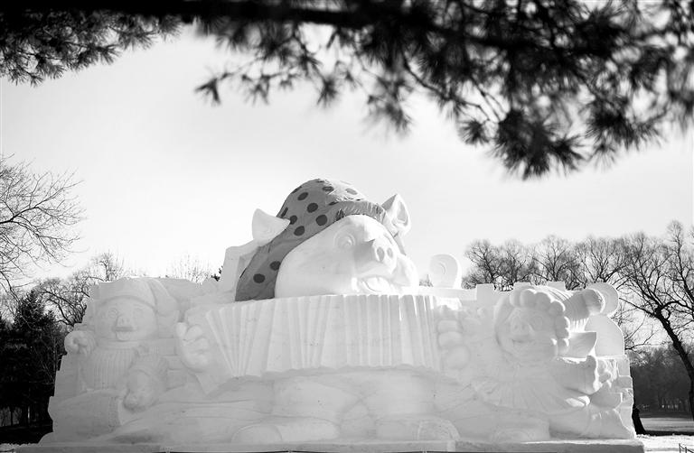 -->   12月17日拍摄的欢乐金猪主题雪雕。   日前,欢乐金猪主题雪雕在哈尔滨太阳岛雪博会园区亮相。这个为迎接农历猪年到来制作的雪雕由三只翩翩起舞的小猪组成,高12米、长22米。   (新华社记者 王建威 摄) -->