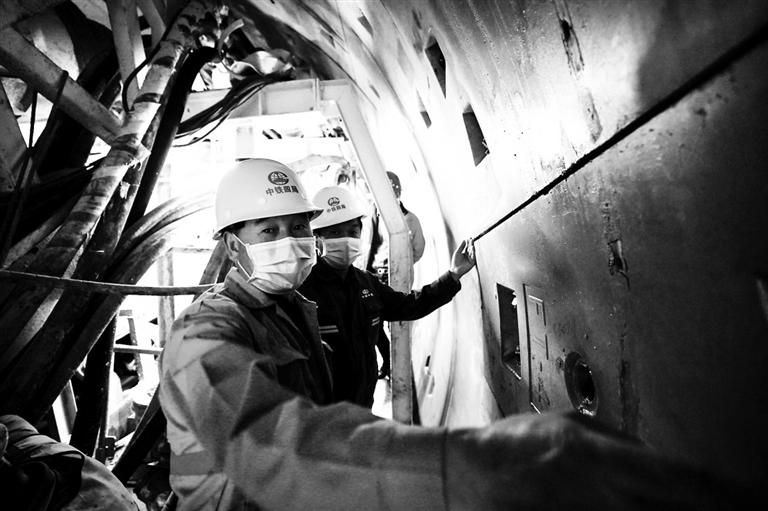 工人戴着口罩在南昌地铁四号线项目现场工作.